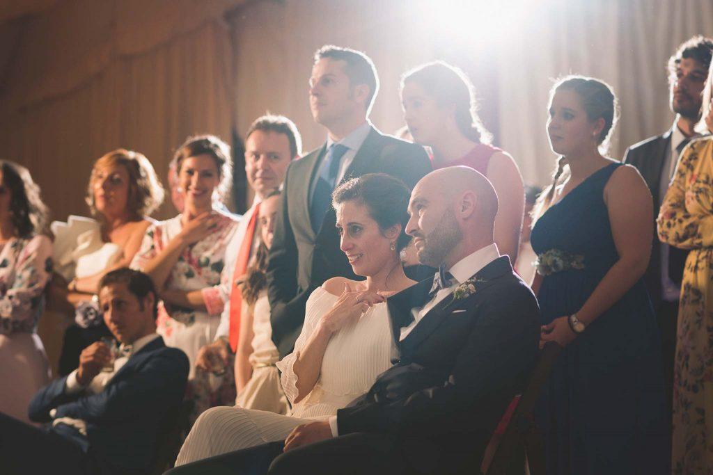 Los novios y sus invitados durante la proyección del vídeo de preboda.