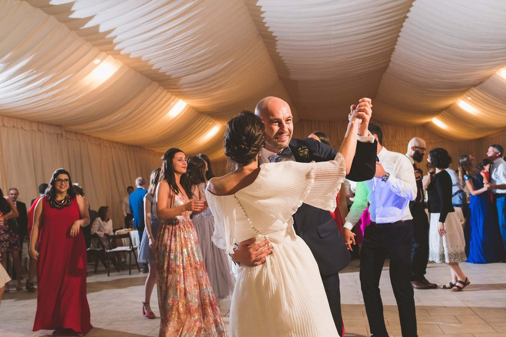 Los novios bailando.
