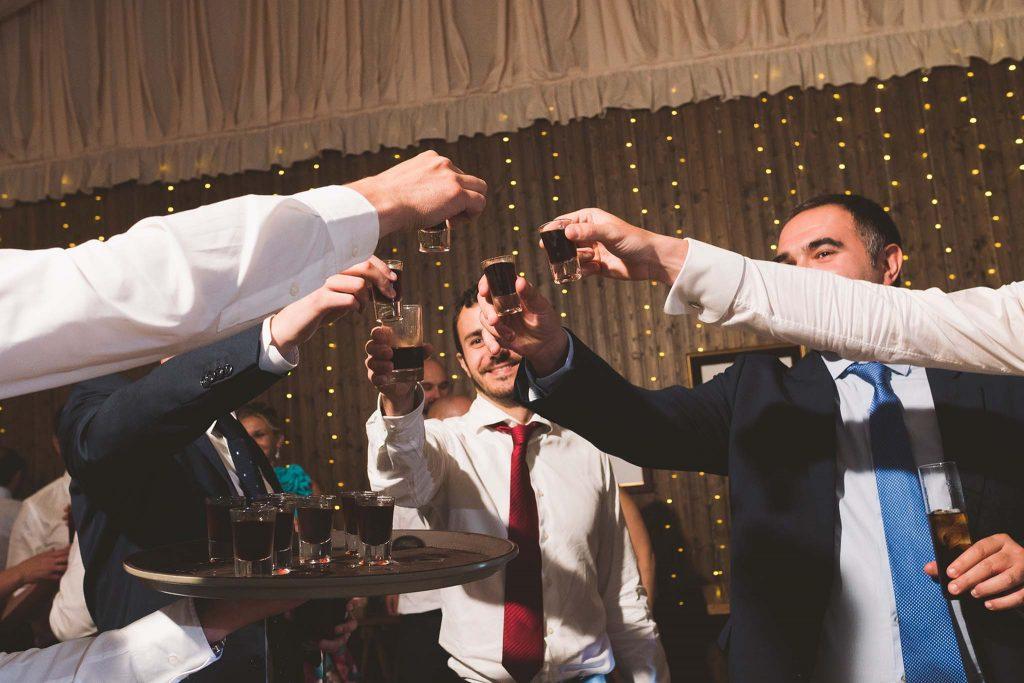 Los invitados de la boda brindando.