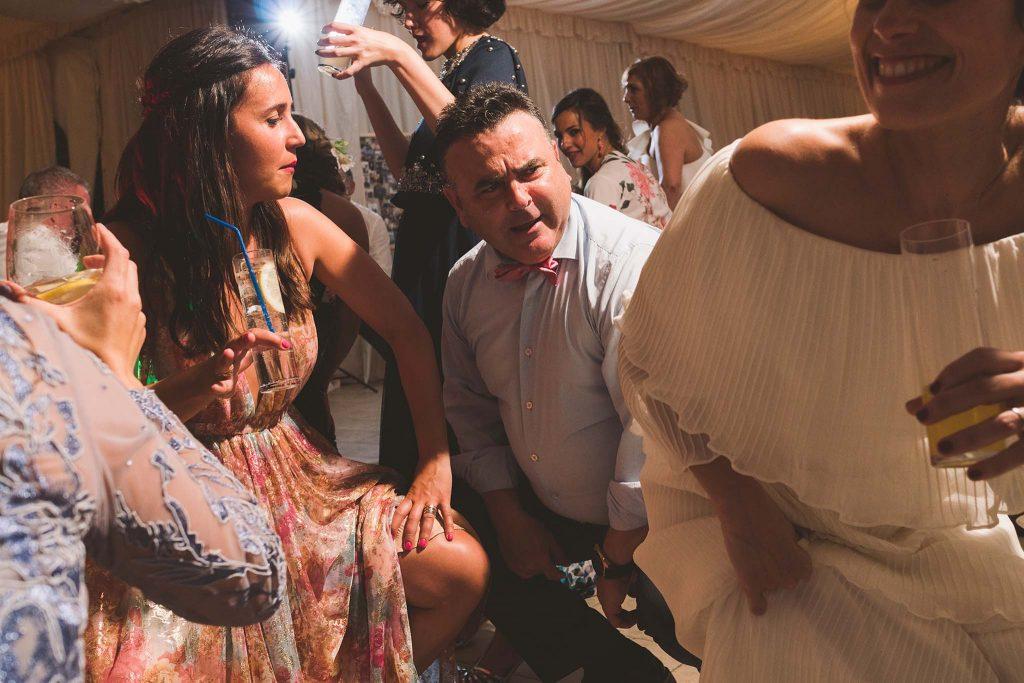 Los invitados de la boda bailando durante la fiesta.