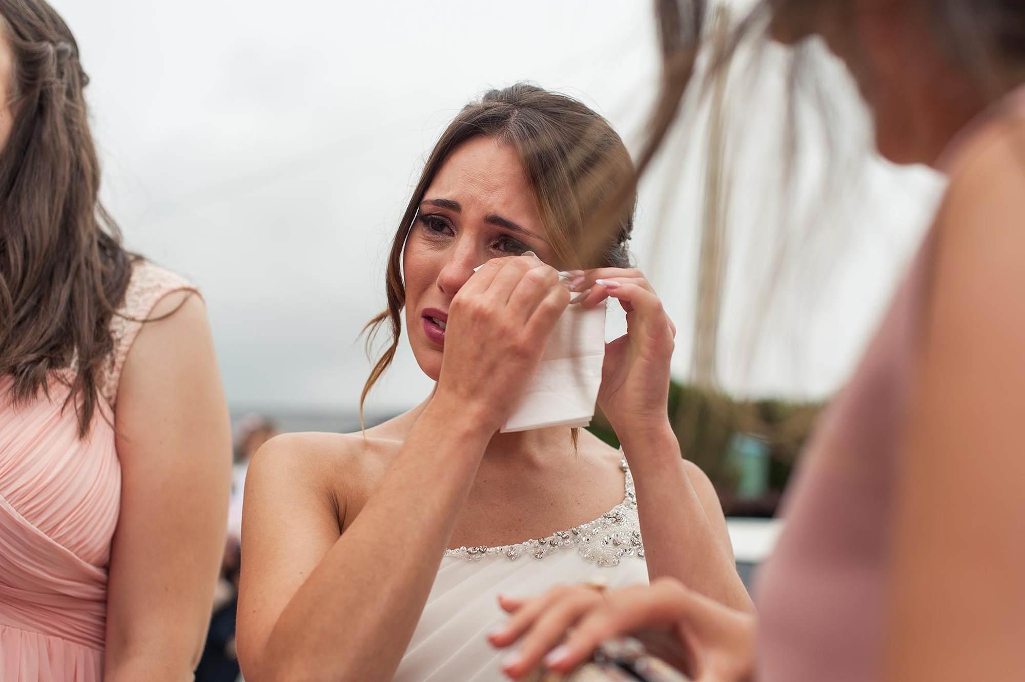 La novia llorando emocionada tras encontrarse con sus damas de honor antes de dirigirse a la ceremonia civil.