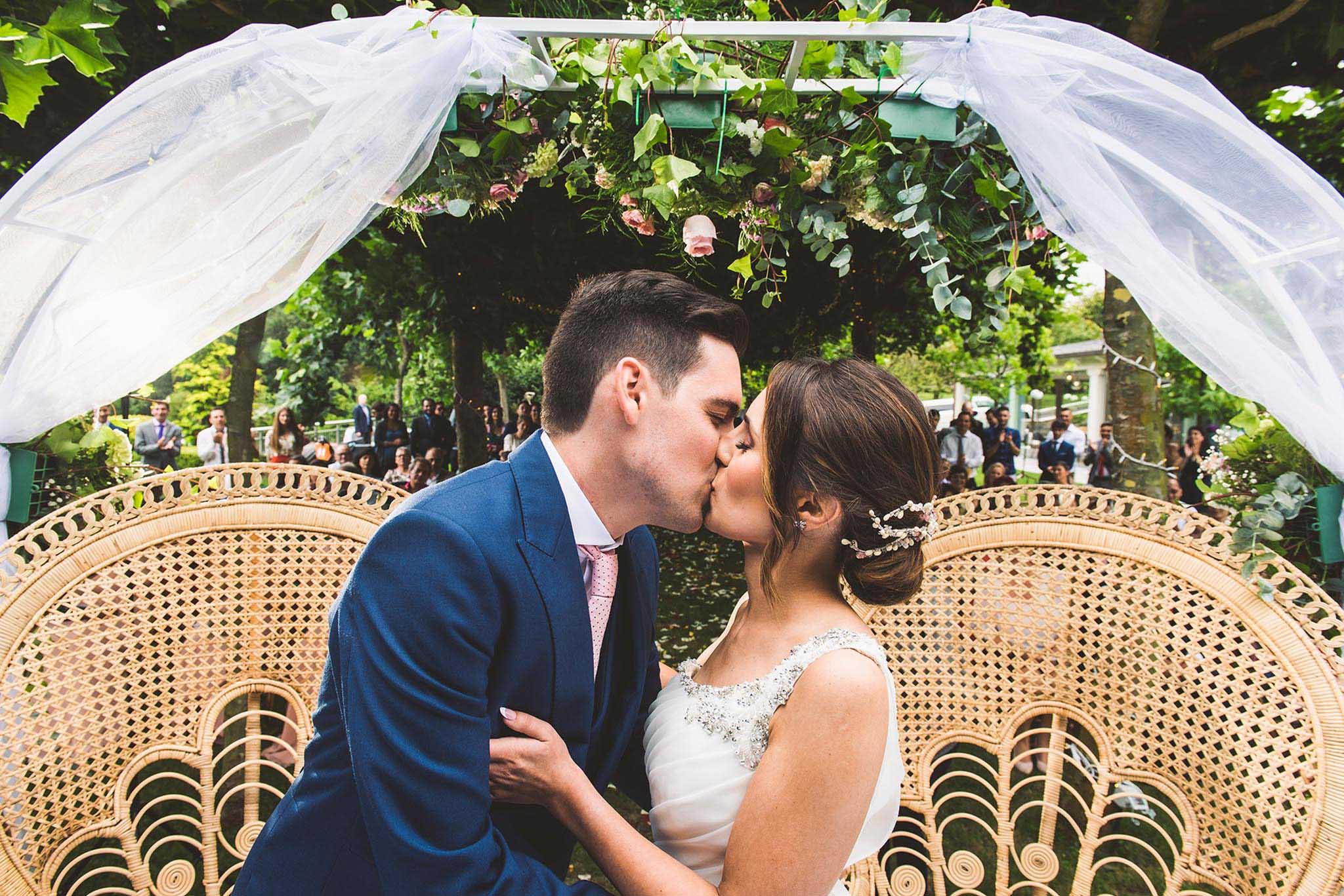 Los novios besándose.