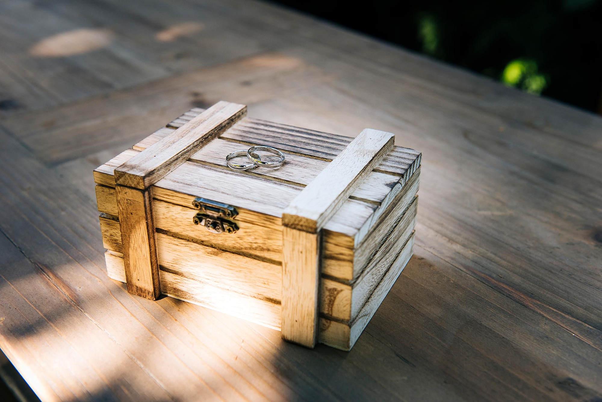 El portaalianzas, una caja de madera.