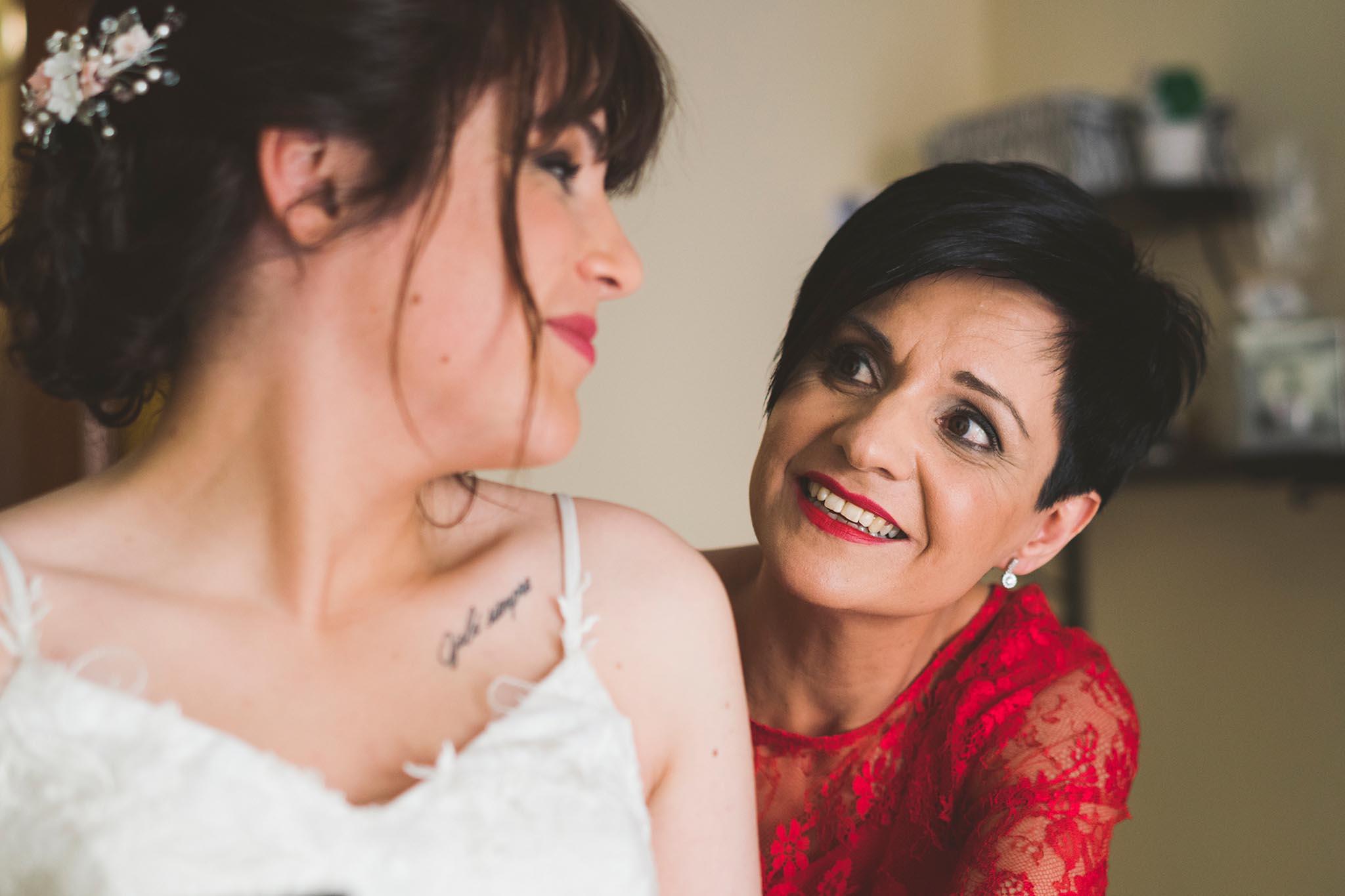 La mirada entre la novia y su madre.