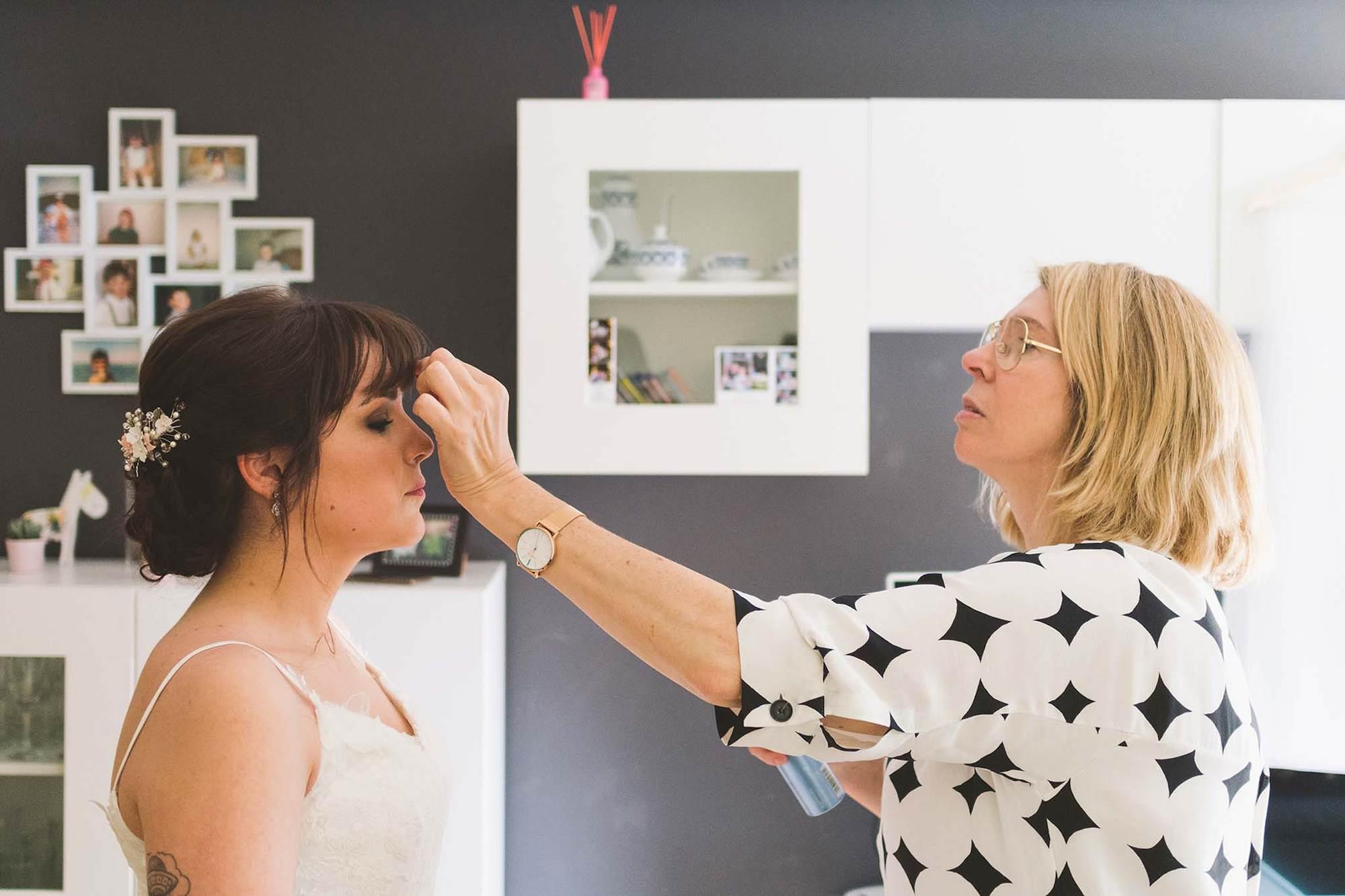 Rosa Vegas, la peluquera, dando los últimos retoques en el peinado a la novia