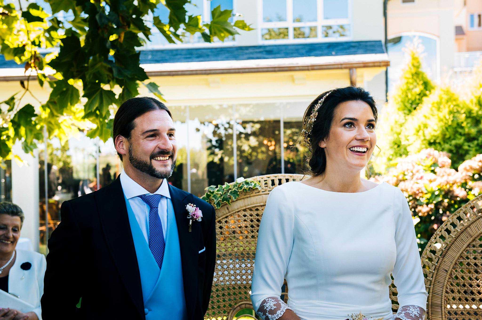Los novios durante la ceremonia civil.
