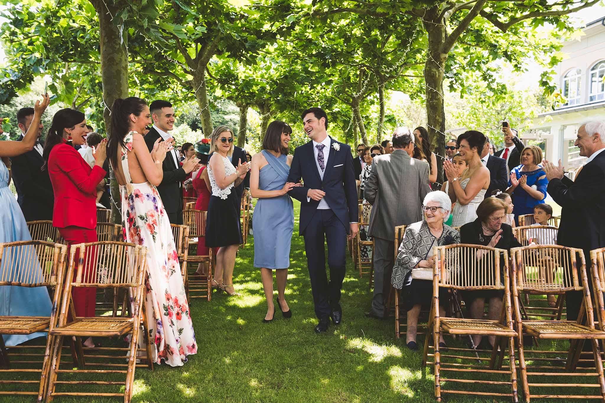 La llegada del novio a la ceremonia, acompañado por su hermana