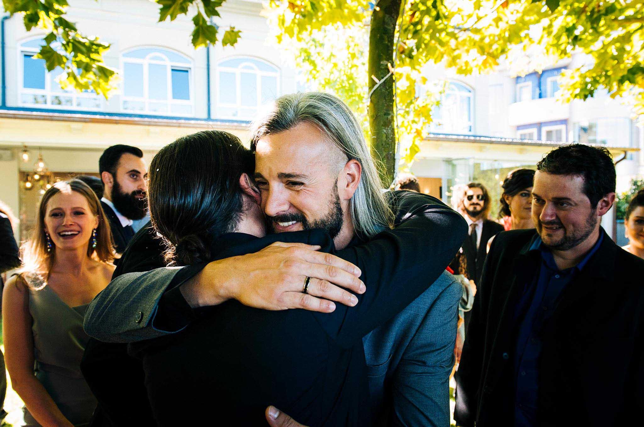 Un invitado felicitando y abrazando al novio tras la ceremonia.