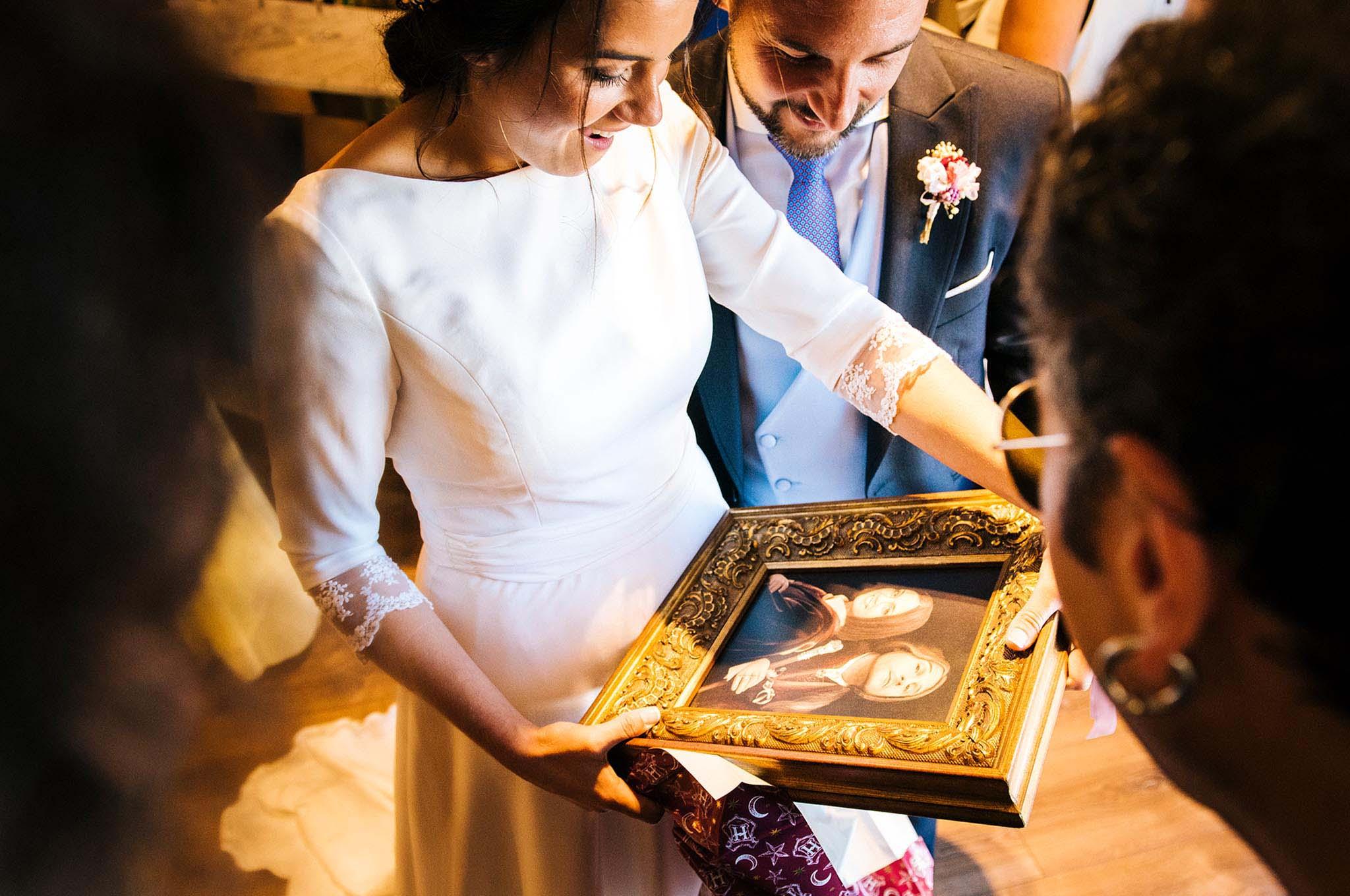 Los novios recibiendo un detalle de los invitados.