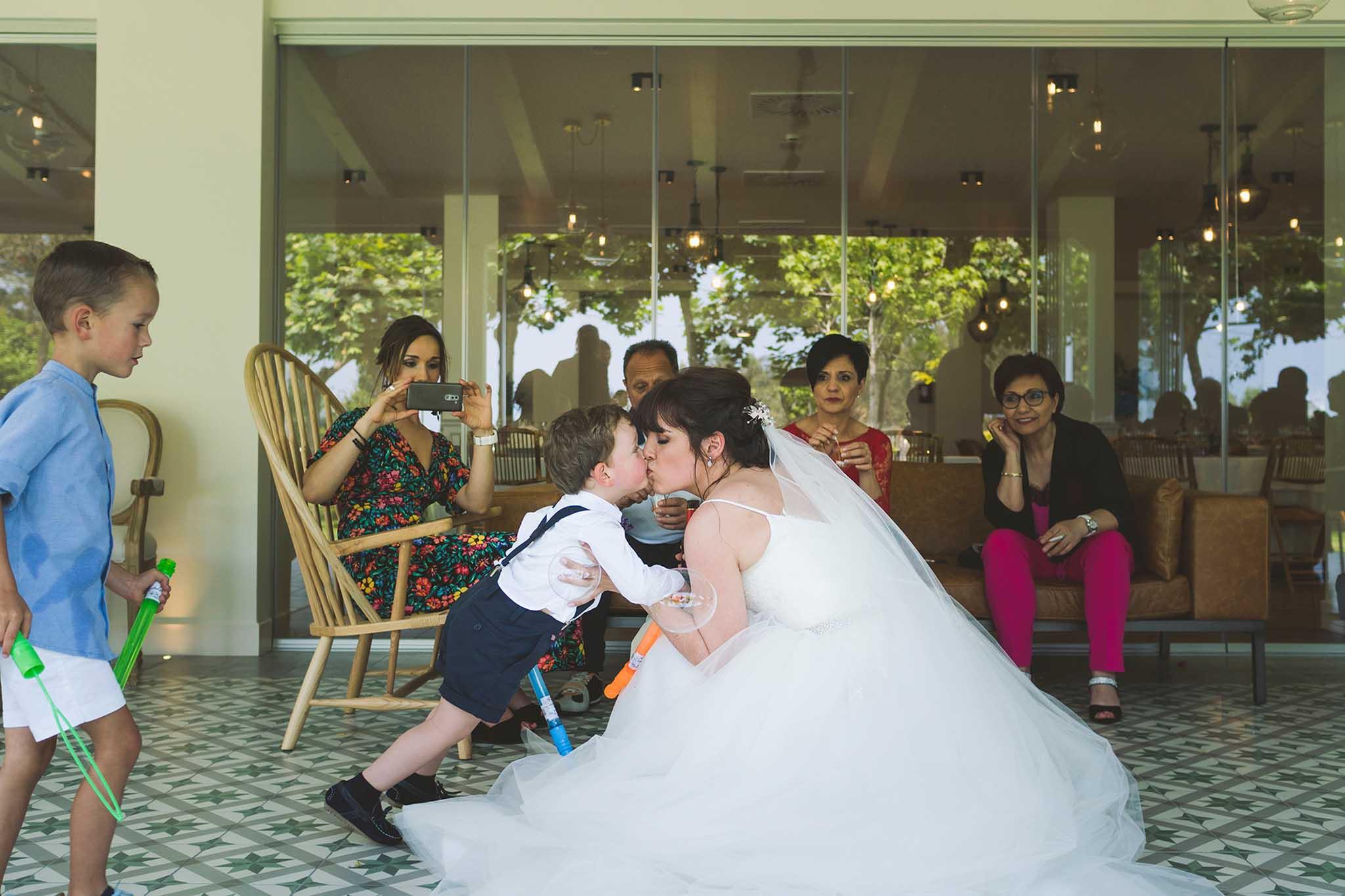 Beso entre la novia y su hijo durante el cóctel