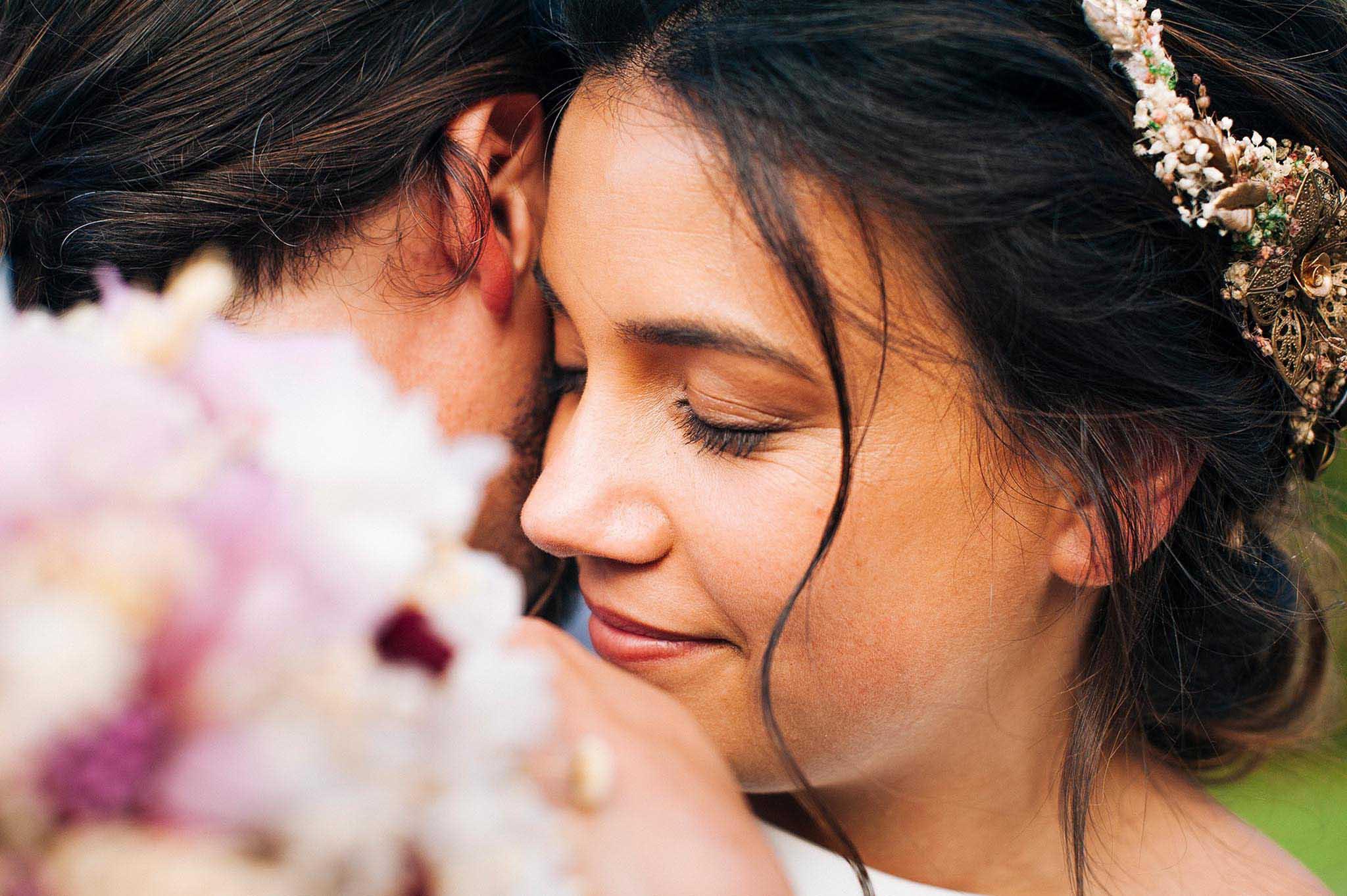 Close up de la novia abrazando al novio.
