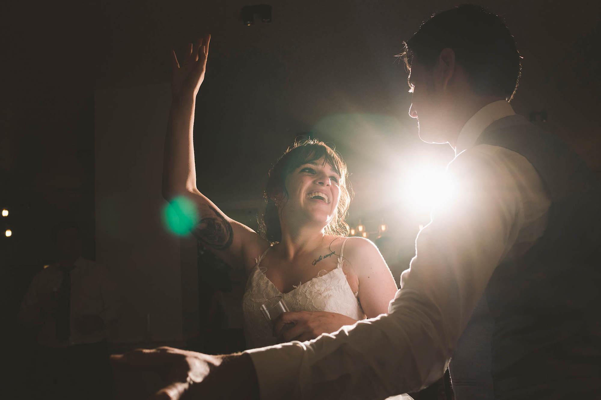 Los novios bailando durante la fiesta
