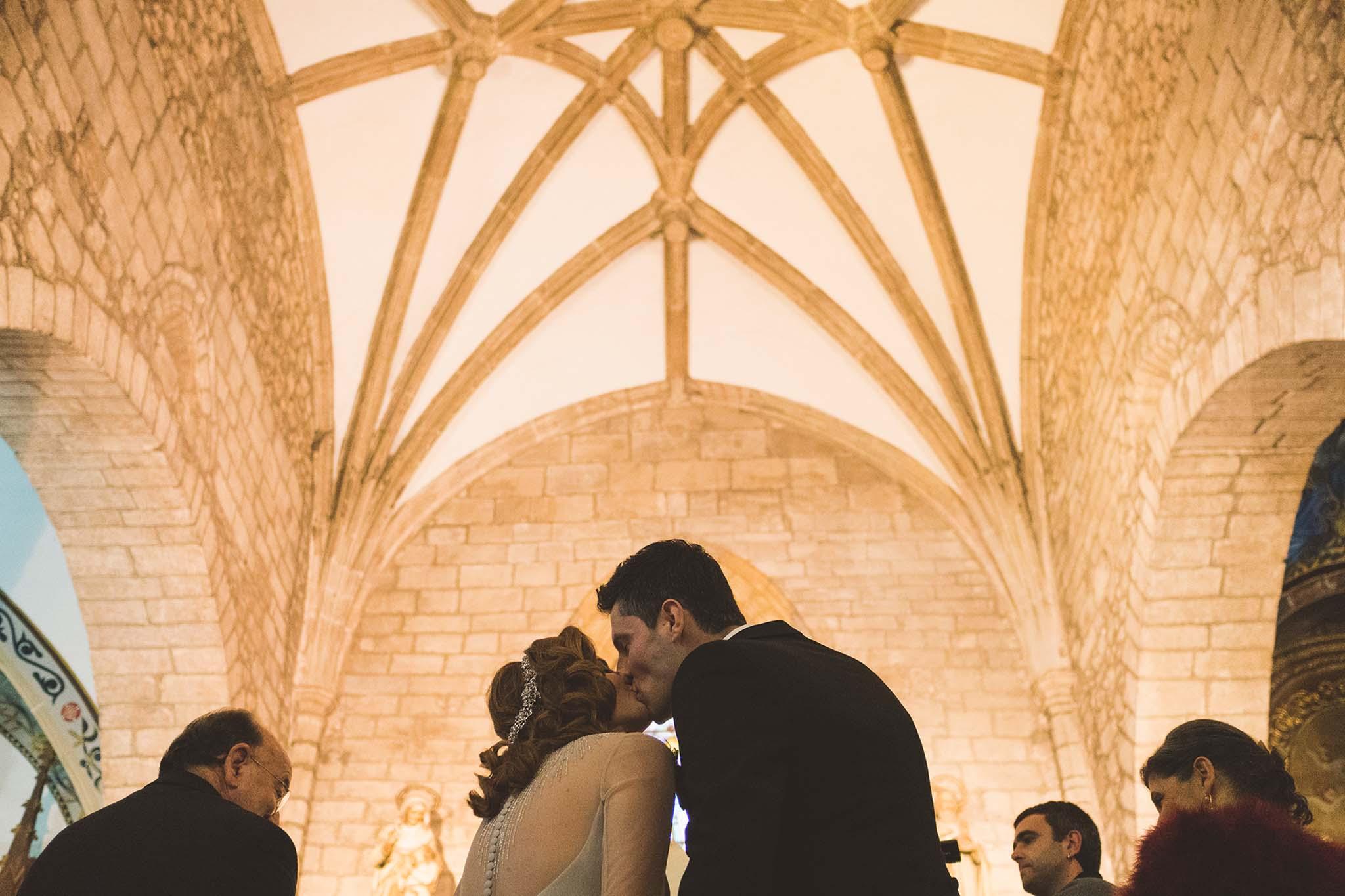 Un beso de los novios durante la ceremonia en la iglesia de san Francisco, Avilés.