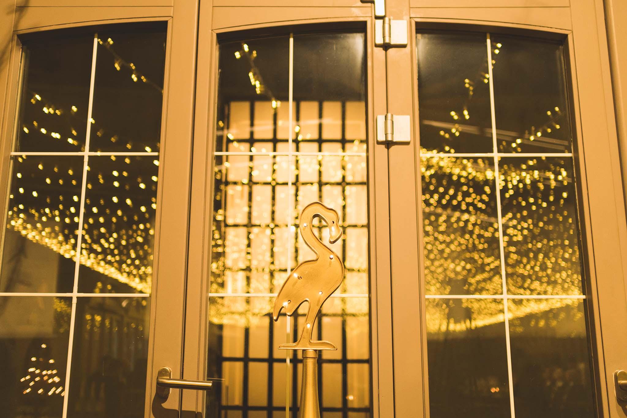 Un flamenco iluminado con bombillas, que formaba parte de la decoración del restaurante.