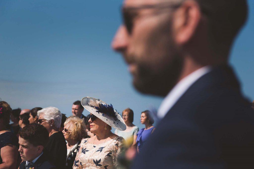 La madre del novio durante la espera por la novia en el faro de Ortiguera.
