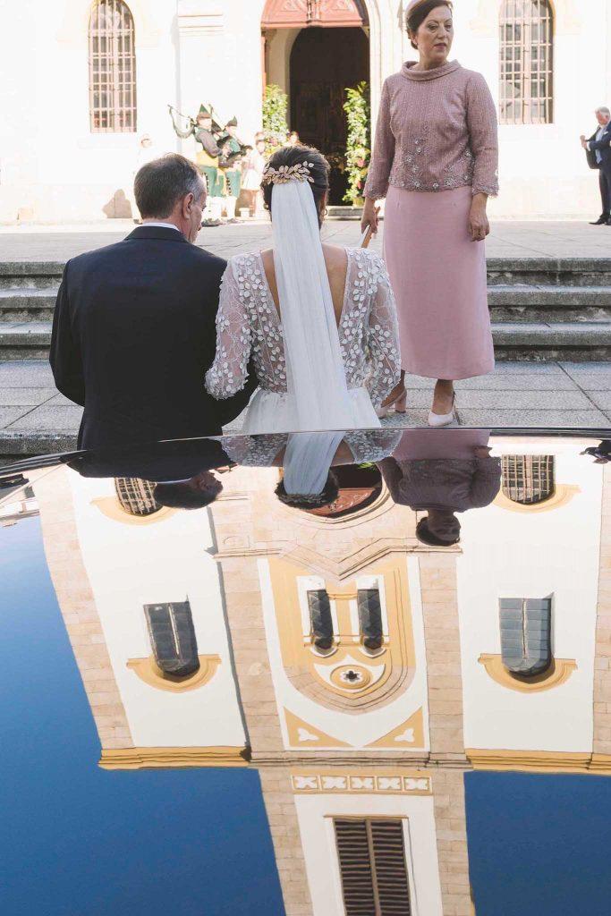 La novia a punto de entrar en la iglesia de Navia, Asturias