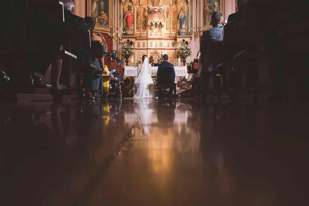 Los novios en la iglesia de Navia, Asturias