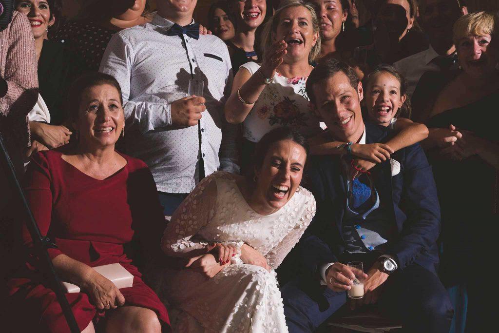 Los novios y sus invitados durante la proyección del vídeo de su preboda.