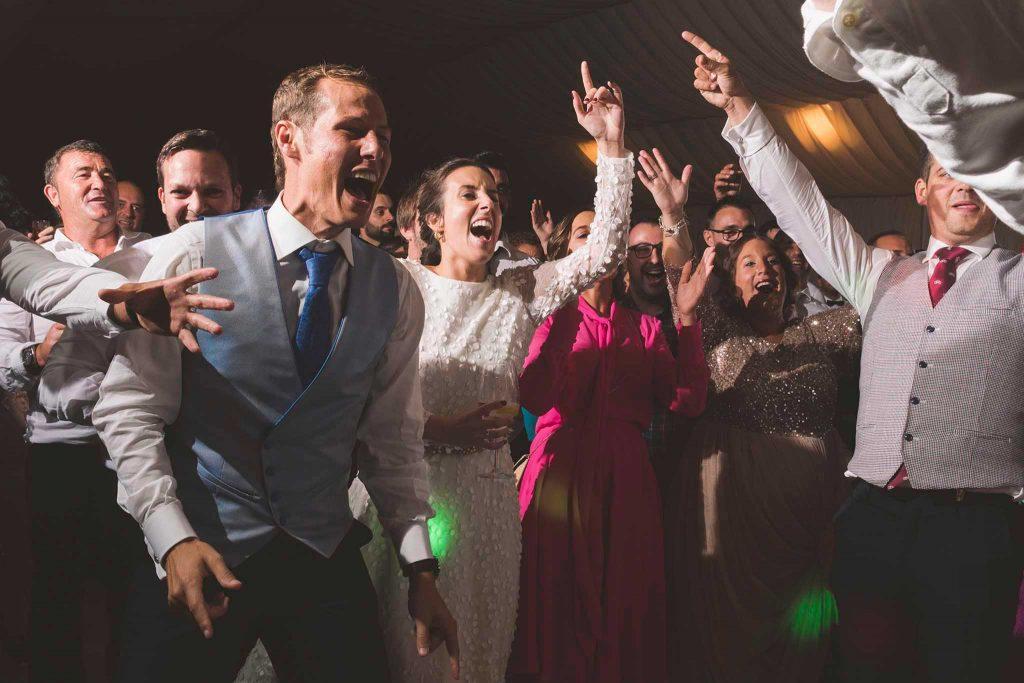 La pareja e invitados bailando