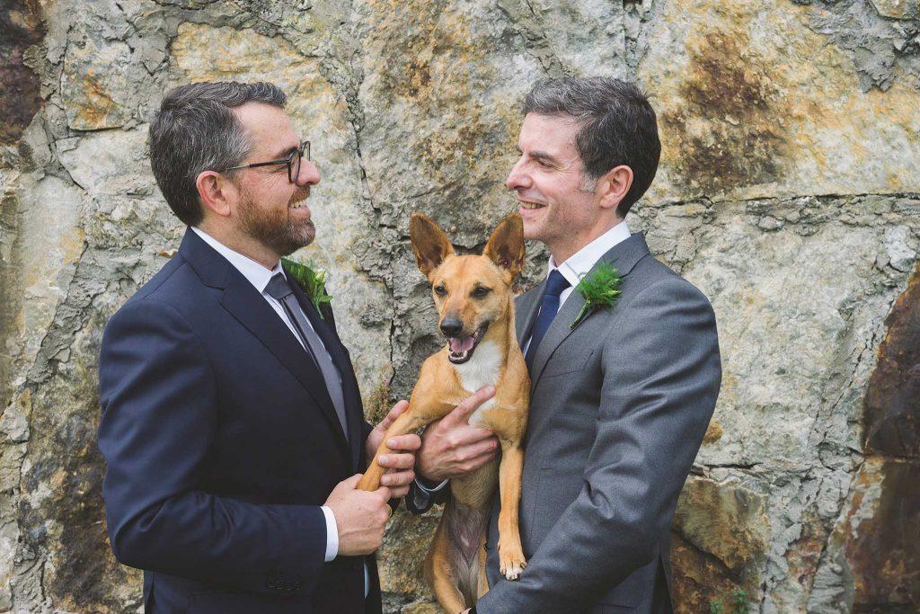 Retrato de la pareja con la perra en brazos.