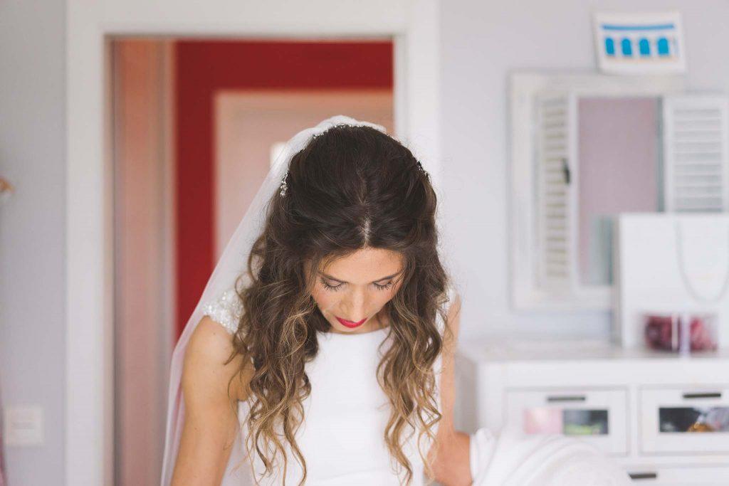 La novia en su habitación, a punto de salir de casa hacia la ceremonia religiosa.