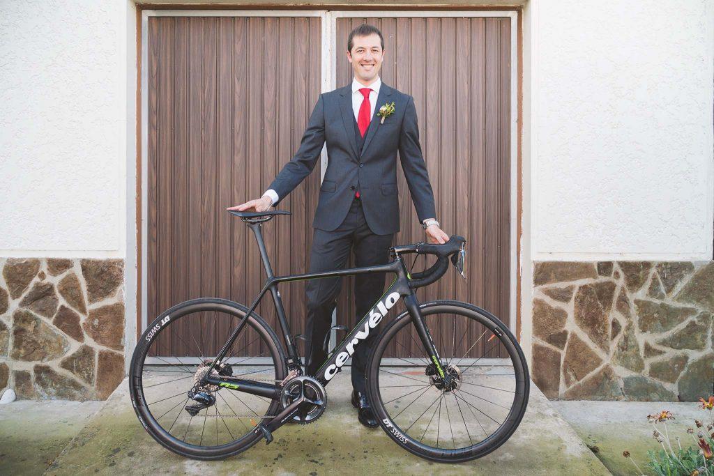 El novio posando con su bicicleta antes de salir para la ceremonia religiosa.