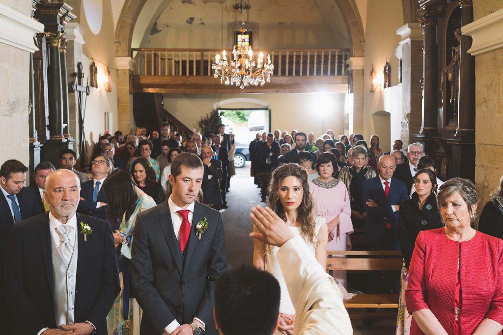 Los novios recibiendo la bendición del sacerdote al finalizar la ceremonia.