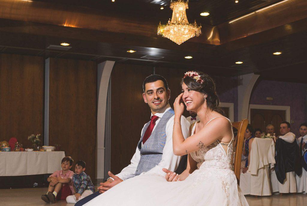 La novia emocionada durante la proyección de fotografías.