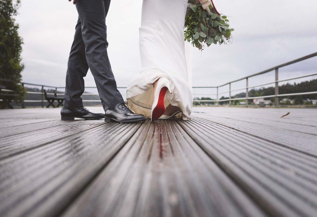 Los zapatos de la novia y el zapato del novio.